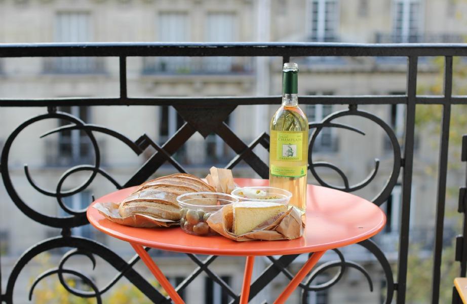 Οι παριζιάνικες βεράντες έχουν πολύχρωμα μεταλλικά τραπεζάκια και απαραιτήτως ένα μπουκάλι κρασί και μια ποικιλία τυριών όταν υποδέχονται φίλους
