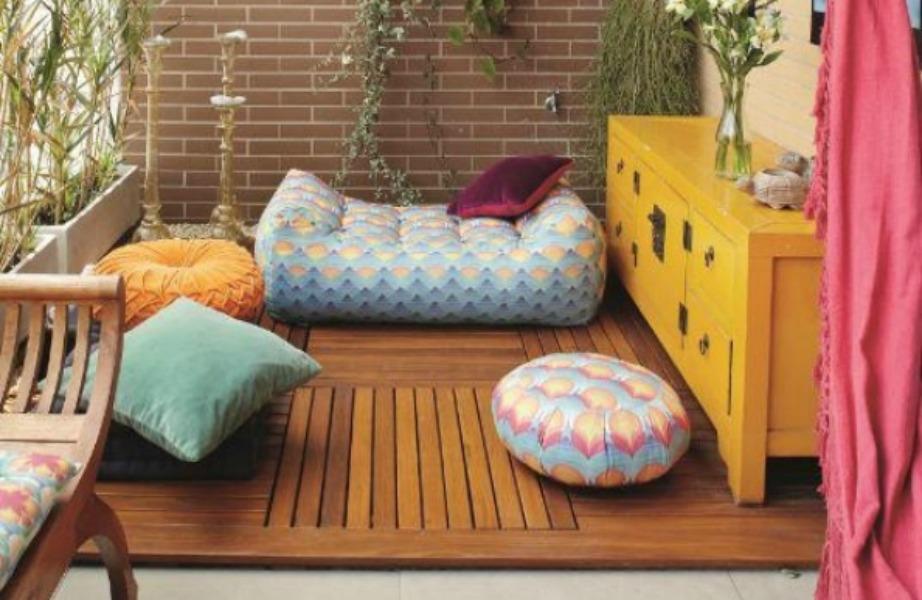 Στις ανατολίτικες βεράντες τοποθετούνται μαξιλάρες στο πάτωμα και λεπτές κουρτίνες για να εμποδίζουν τον ήλιο