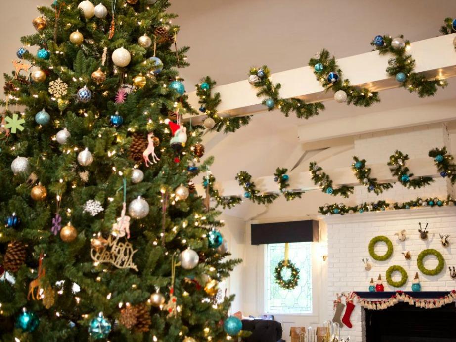 Γύρω από δοκάρια και κολόνες τοποθετήθηκαν γιρλάντες με παρόμοια διακόσμηση με αυτή του δέντρου.