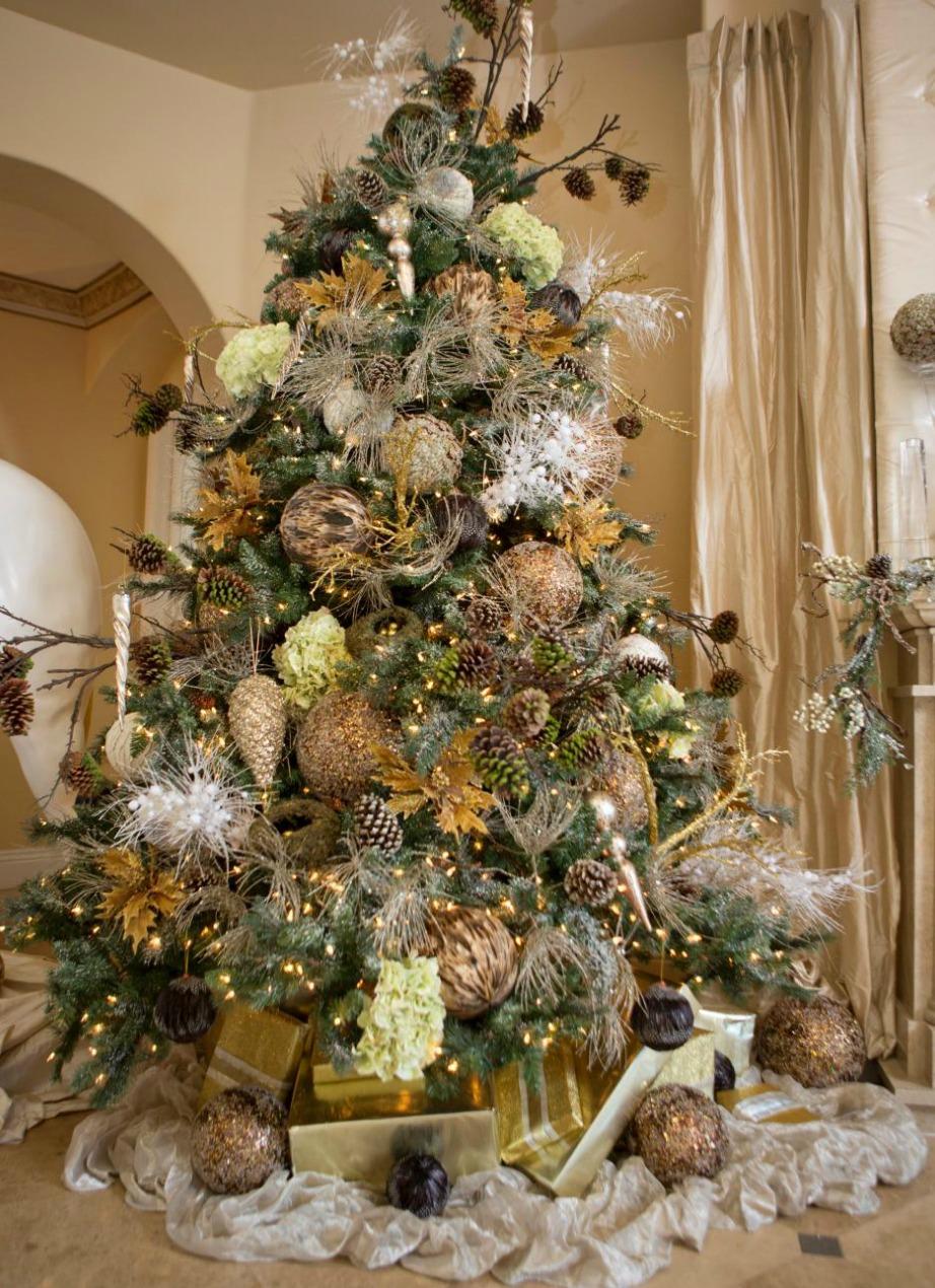 Στο δέντρο χρησιμοποιήθηκαν κίτρινα, λευκά και χρυσά στολίδια.