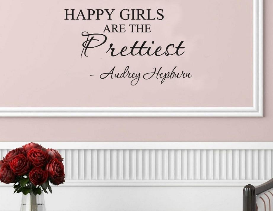 Προσθέστε όμορφα quotes στους τοίχους και κάδρα με αισιόδοξα μηνύματα που κάνουν την καρδιά σας ευτυχισμένη.