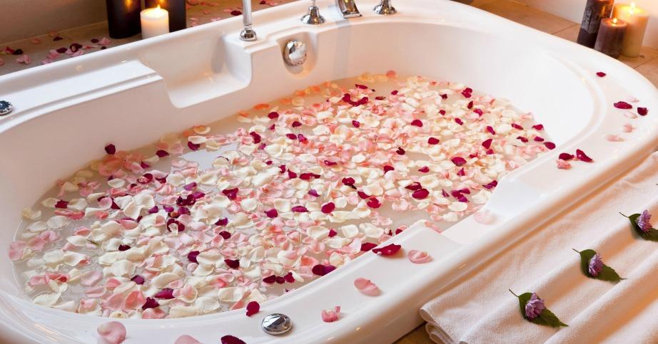 Δεν χρειάζεται να είστε σε σχέση για να κάνετε ένα μπάνιο γεμάτο ροδοπέταλα και κεριά.