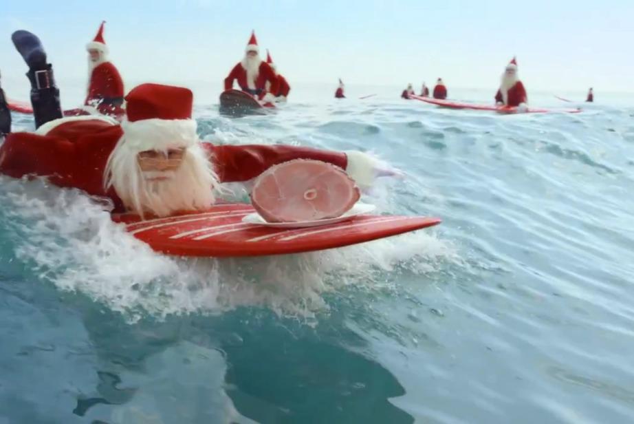 Οι Αυστραλιανοί λατρεύουν το σερφ και γι'αυτό πηγαίνουν στην παραλία με αγιοβασιλιάτικες στολές ακόμα και μέσα στα Χριστούγεννα.