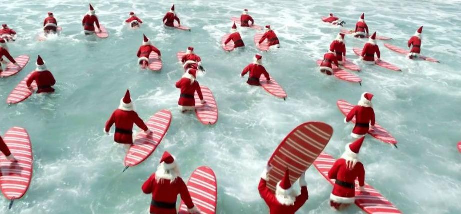 Οι Άγιοι Βασίληδες κατακλύζουν τις παραλίες της Αυστραλίας κάθε χρόνο τα Χριστούγεννα.