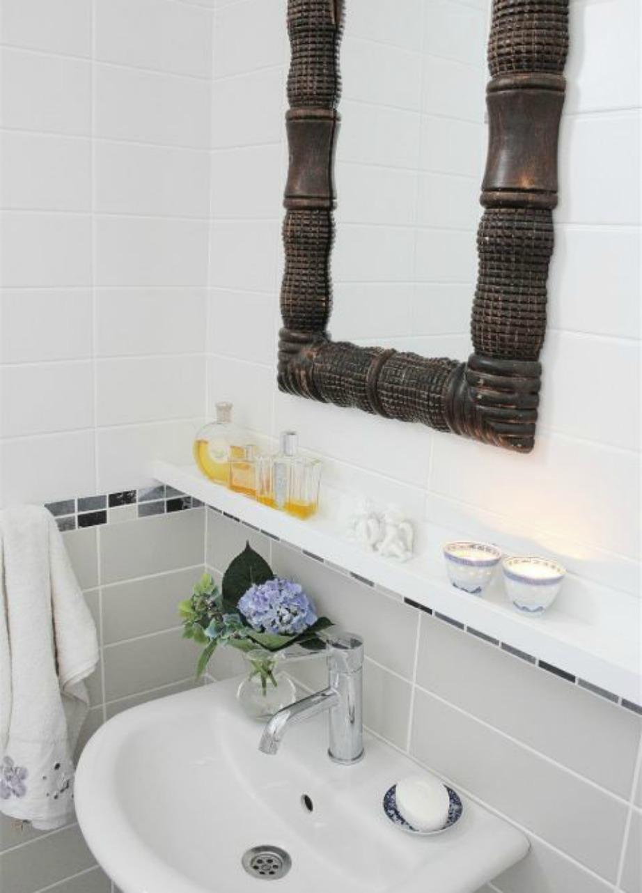 Προσθέστε ένα ράφι κάτω από τον καθρέφτη σας για να έχετε έξτρα αποθηκευτικό χώρο.