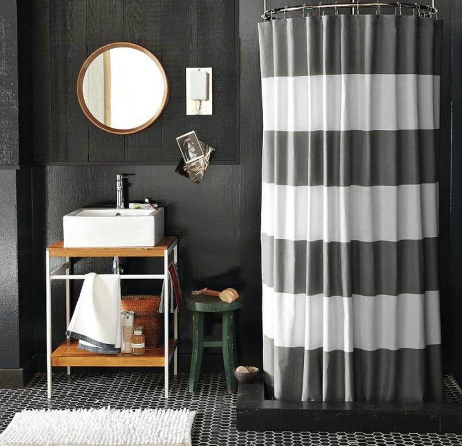 Οι ριγέ κουρτίνες δίνουν εύκολα στιλ σε ένα μπάνιο.