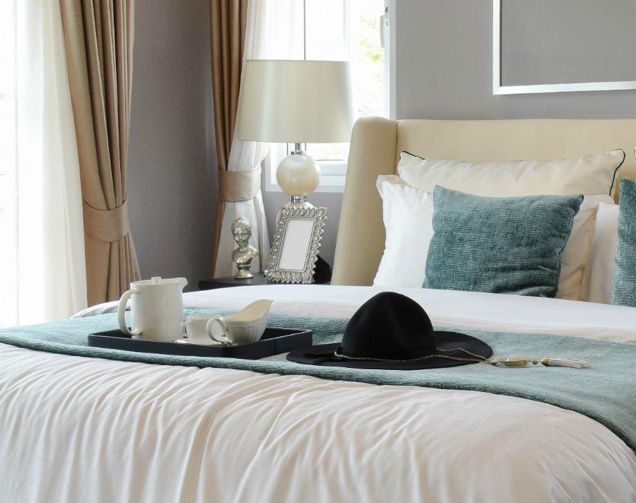 Δείτε πόσο όμορφο δείχνει αυτό το υπνοδωμάτιο! Είναι μίνιμαλ, διακοσμημένο σε παλ αποχρώσεις και με στιλάτα διακοσμητικά.