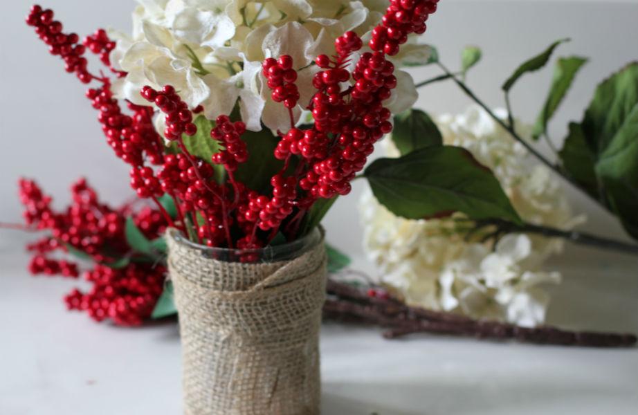 Τα φρέσκα λουλούδια θα κερδίσουν τις εντυπώσεις στο εορταστικό τραπέζι.