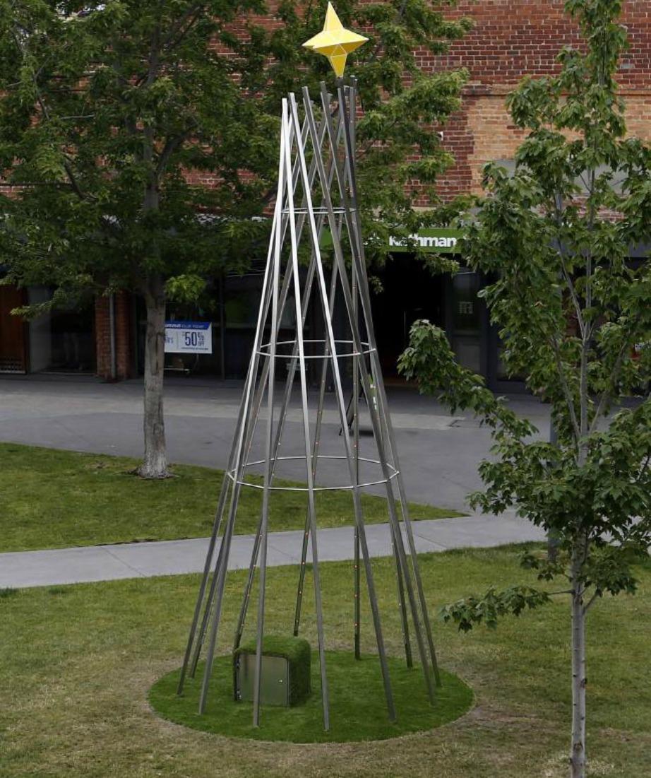 Αυτό το μεταλλικό δέντρο βρίσκεται στην Αυστραλία και στοίχισε περίπου 31.000 ευρώ.