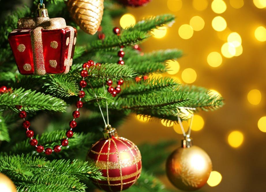 Ξεστολίστε το δέντρο σας έγκαιρα για να μην γεμίσει όλο το σαλόνι σας με βελόνες.