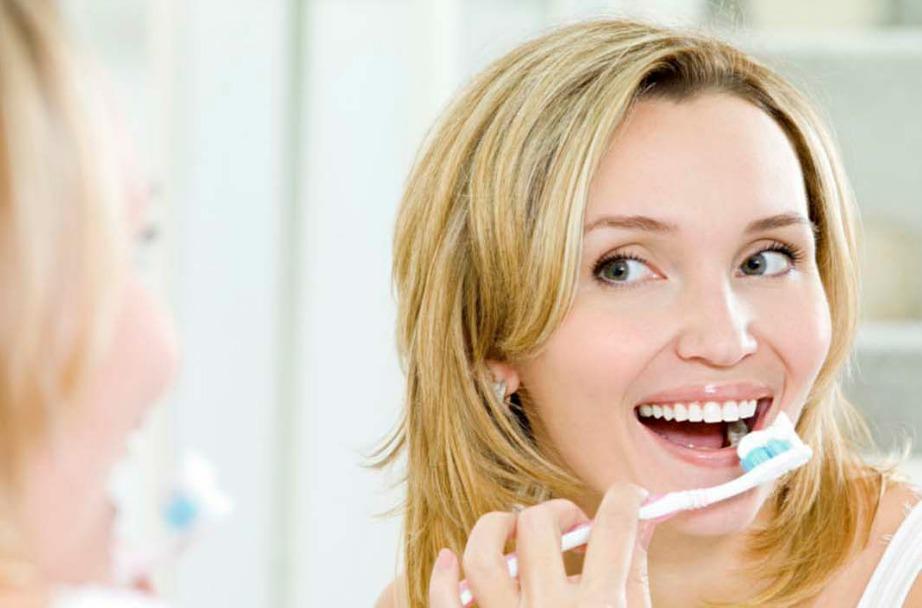 Λευκάντε τα δόντια σας φυσικά χρησιμοποιώντας απλά υλικά που ήδη έχετε στην κουζίνα σας.