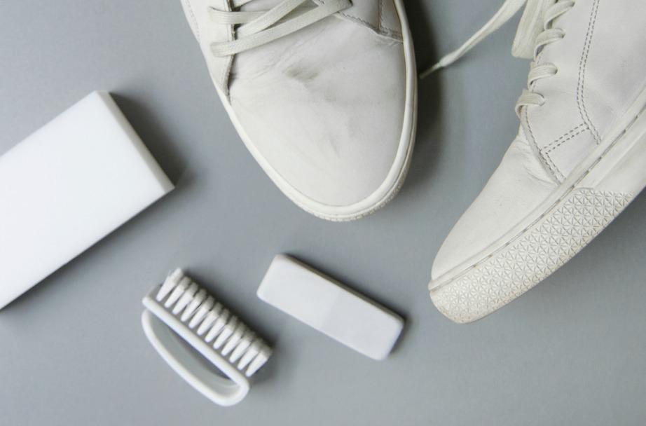 Με μια γόμα μπορούν να σβηστούν πολλά σημάδια και βρομιές από τα κάτασπρα sneakers σας.