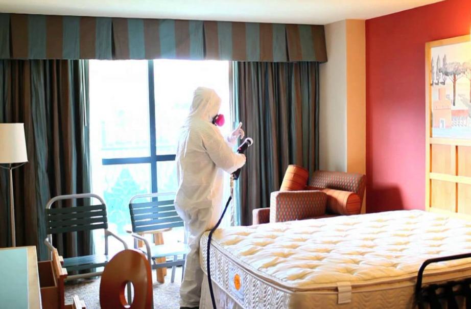Κανονικά οι καμαριέρες θα έπρεπε να είναι έτοιμες για ολική απολύμανση σε κάθε δωμάτιο, αλλά δυστυχώς λόγω χρόνου και λόγω έλλειψης χρημάτων δεν ασχολούνται ιδιαίτερα με λεπτομέρειες.