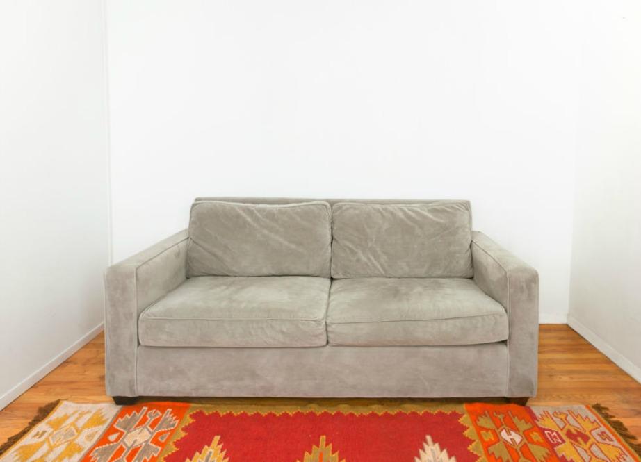 Ξεκινήστε τη διακόσμηση του καναπέ σας, προσθέτοντας ένα πολύχρωμο χαλί, που να αναδεικνύει το χρώμα του καναπέ σας.