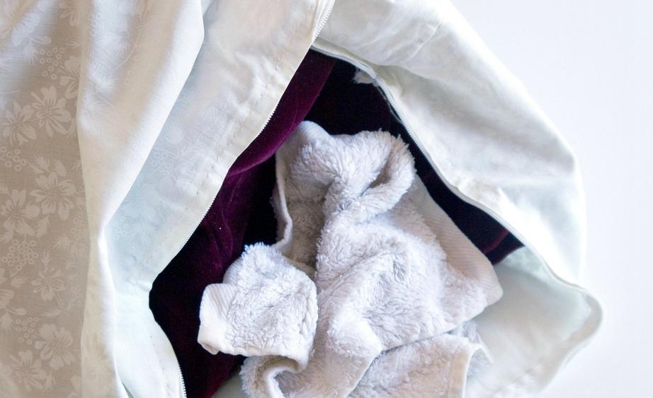 Για να στεγνώσετε τα ρούχα που πλύνατε ακολουθήστε τη μέθοδο με τη στεγνή πετσέτα. Τυλίξτε το ρούχο σε ρολό για να απορροφηθεί η υγρασία και επαναλάβετε τη διαδικασία με ακόμα μια στεγνή πετσέτα, πριν το απλώσετε.