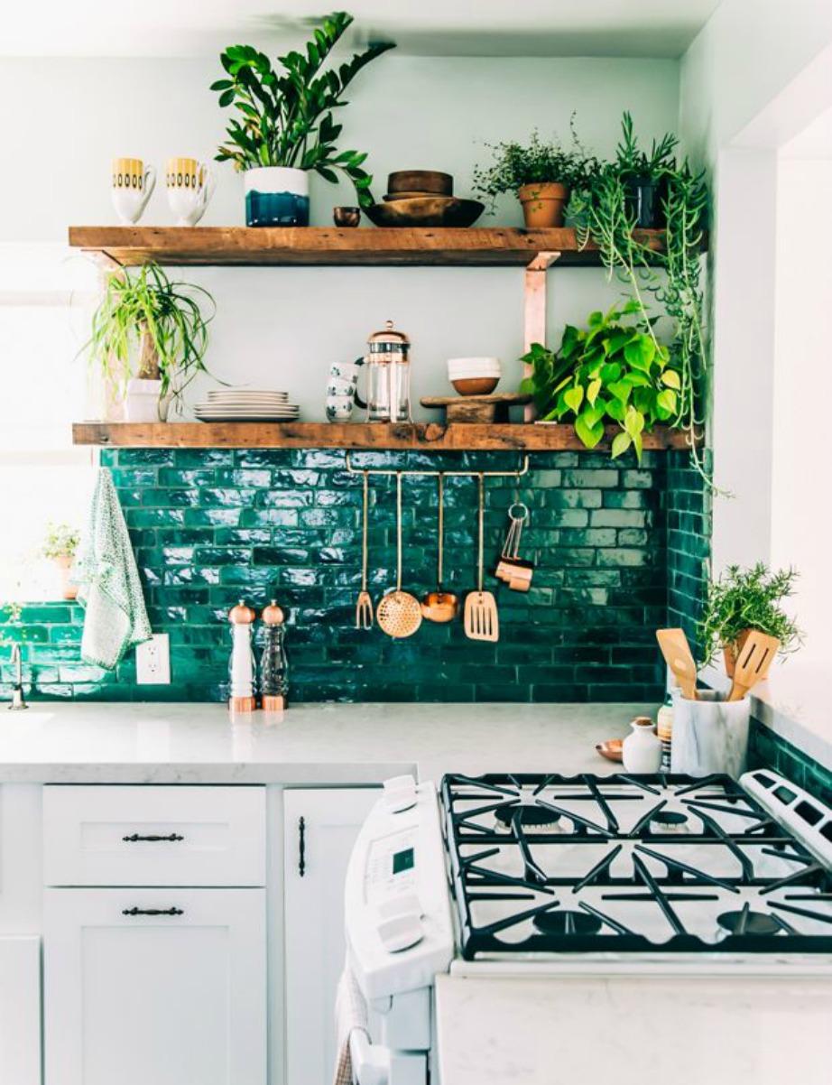 Το πράσινο είναι ένα έντονο χρώμα που ταιριάζει πολύ στην κουζίνα. Βάψτε τον έναν τοίχο σε μια έντονη απόχρωση και επιλέξτε πιο παλ χρώματα για τους υπόλοιπους τοίχους.