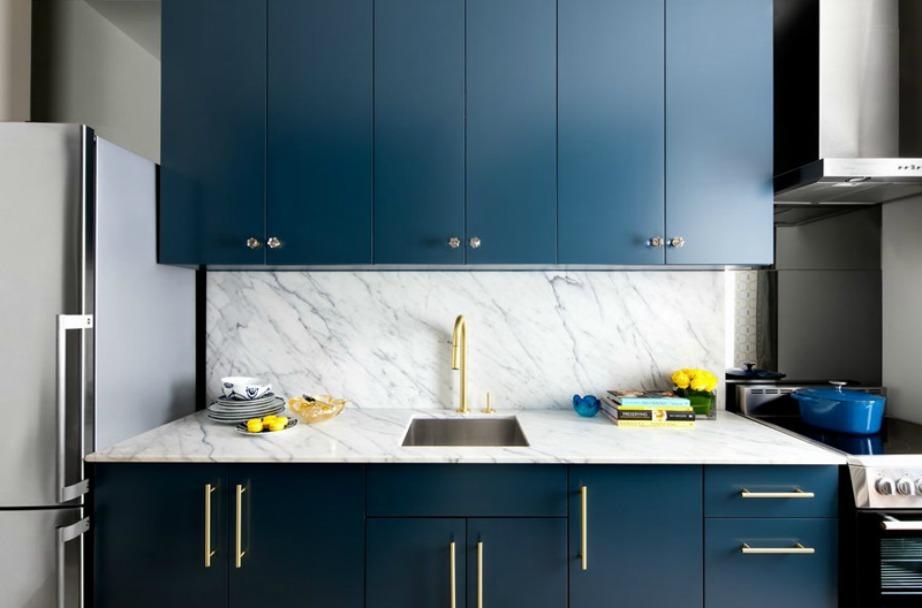 Το ασημί-μπλε είναι ένα χρώμα που θα δείτε να 'παίζει' πολύ στη διακόσμηση της κουζίνας μας αυτή τη χρονιά.