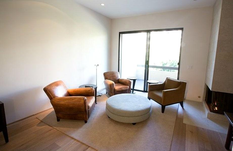 Το μάστερ υπνοδωμάτιο διαθέτει μίνι-καθιστικό και τζάκι!