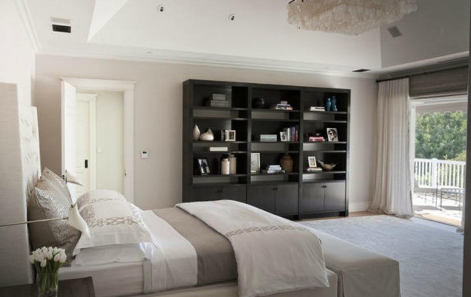 Στο κυρίως υπνοδωμάτιο η διακόσμηση είναι λιτή και μίνιμαλ.