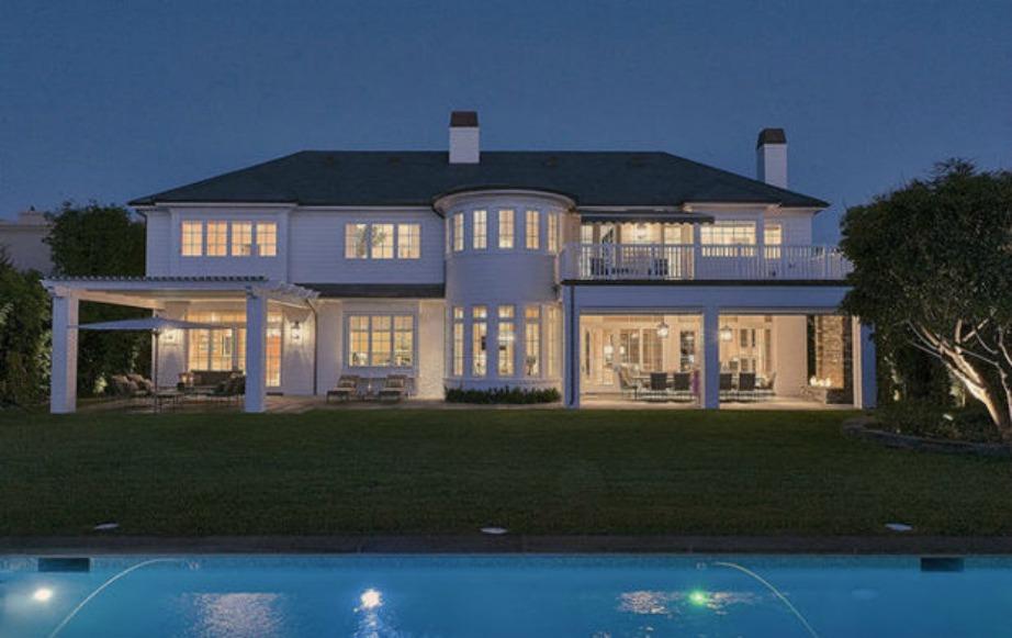 Στο εξωτερικό μέρος του σπιτιού υπάρχει μια τεράστια πισίνα.