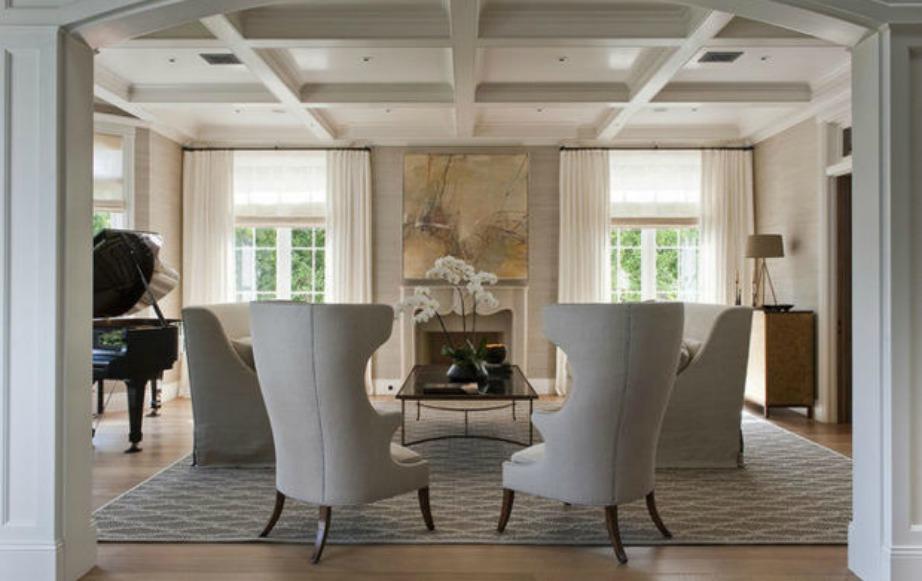 Στο σαλόνι κυριαρχεί το λευκό χρώμα και οι μίνιμαλ γραμμές.