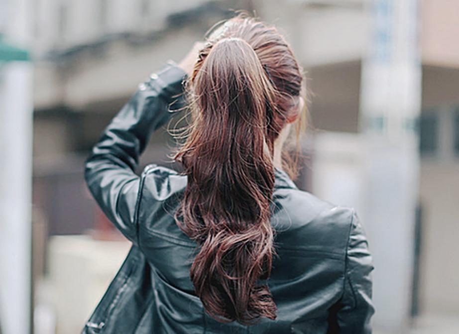 Ξεκινήστε κάνοντας καλό μασάζ με ελαιόλαδο στα μαλλιά σας. Έτσι θα δυναμώσουν οι ρίζες και θα μεγαλώσουν πιο γρήγορα.