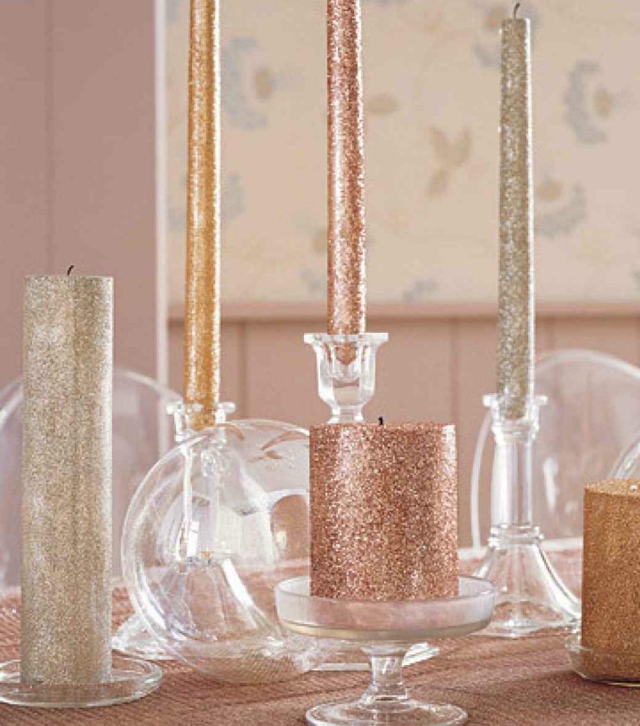 Χρησιμοποιήστε κόλλα ψεκασμού για να κολλήσει η χρυσόσκονη πάνω στα κεριά σας. Αφήστε να στεγνώσουν ένα 24ωρο και μετά διακοσμήστε με αυτά το σπίτι σας και το πρωτοχρονιάτικο τραπέζι.
