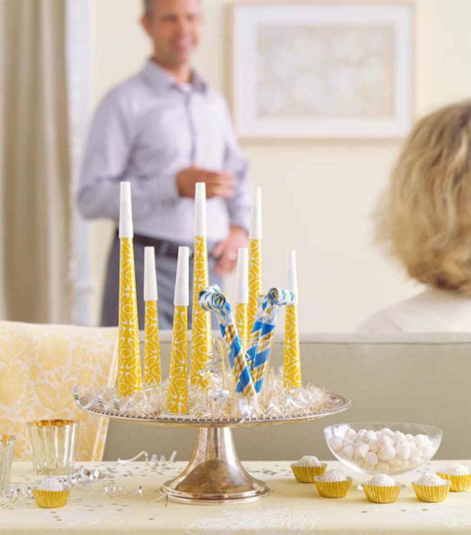 Βάλτε σε μια πιατέλα για κέικ αξεσουάρ για πάρτι και μοιράστε τα στους καλεσμένους σας λίγο πριν την αλλαγή της χρονιάς.