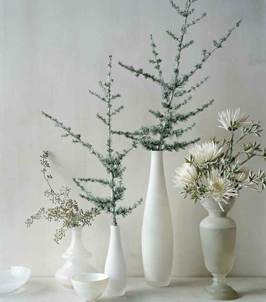 Ρίξτε στα λουλούδια σας λίγο ασημί σπρέι για να φαίνονται χιονισμένα και λαμπερά.