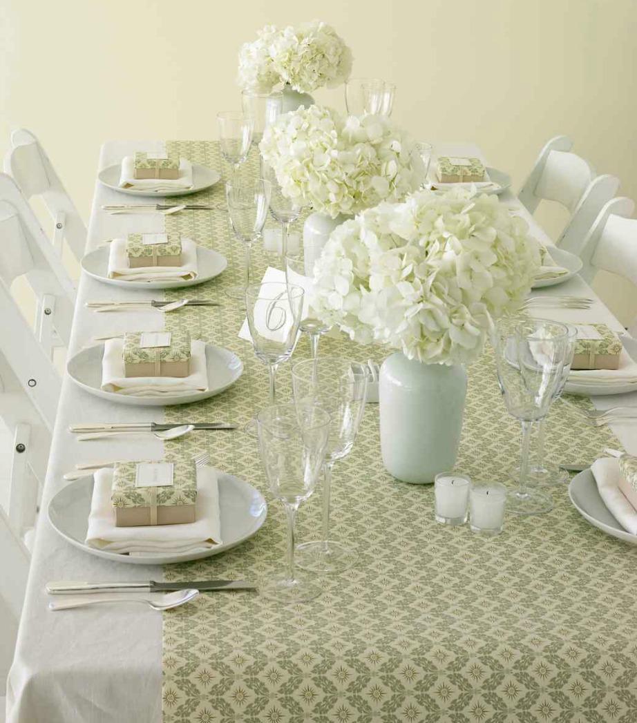 Βάλτε από ένα μικρό δωράκι στο πιάτο κάθε καλεσμένου και χρησιμοποιήστε το υπόλοιπο χαρτί περιτυλίγματος για το πρωτοχρονιάτικο τραπέζι.