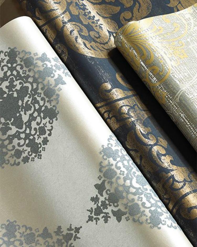 Αν δε θέλετε να επιλέξετε μεταλλικές βαφές, δοκιμάστε πρώτα να ντύσετε τους τοίχους σας με ταπετσαρίες με μεταλλικά σχέδια και χρώματα.