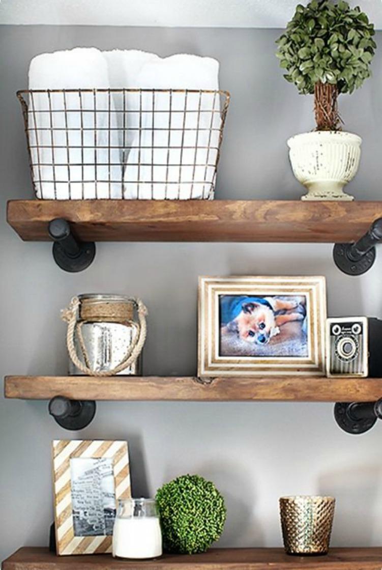 Βάψτε γκρι τον τοίχο σας και διακοσμήστε με μεταλλικά αντικείμενα.