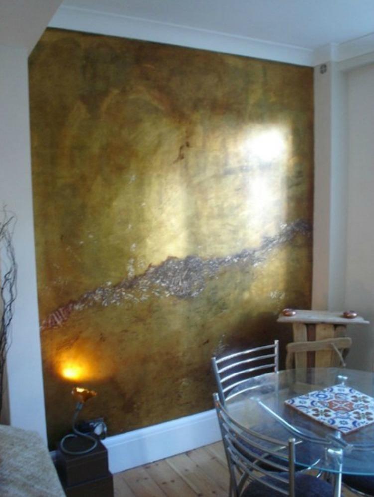 Επιλέξτε να βάλετε το χρυσό σε έναν τοίχο γιατί αλλιώς ο χώρος σας θα δείχνει υπερβολικός.
