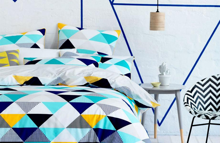 Τα χρωματιστά μαξιλάρια θα φέρουν ζωντάνια στο χώρο σας.