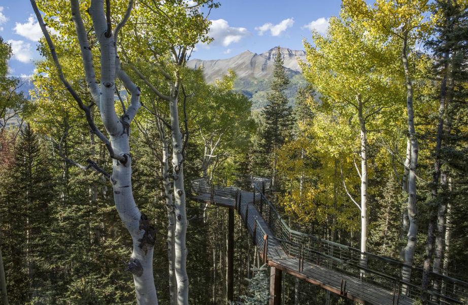 Η κατασκευή της γέφυρας που περιβάλλει το σπίτι κόστισε 140.000 δολάρια!