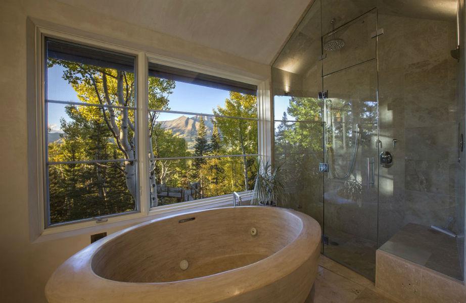 Το εντυπωσιακό και πολυτελές μπάνιο του μάστερ υπνοδωματίου!
