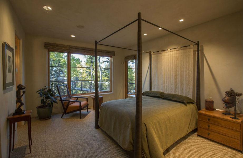 Όλα τα υπνοδωμάτια έχουν πρόσβαση στη γέφυρα που περιβάλλει το σπίτι.