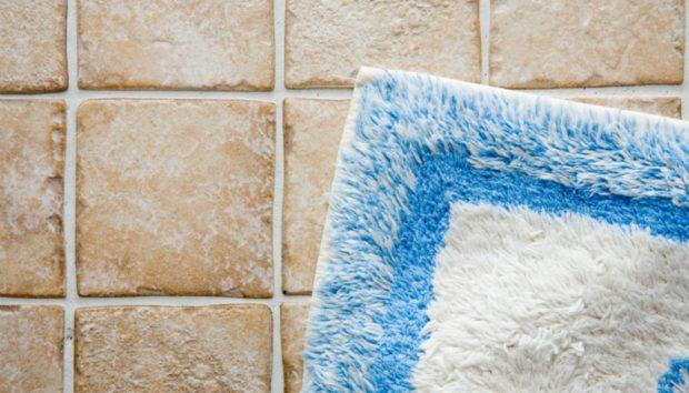 Να Γιατί Πρέπει να Καθαρίζετε το Πατάκι του Μπάνιου Κάθε Εβδομάδα