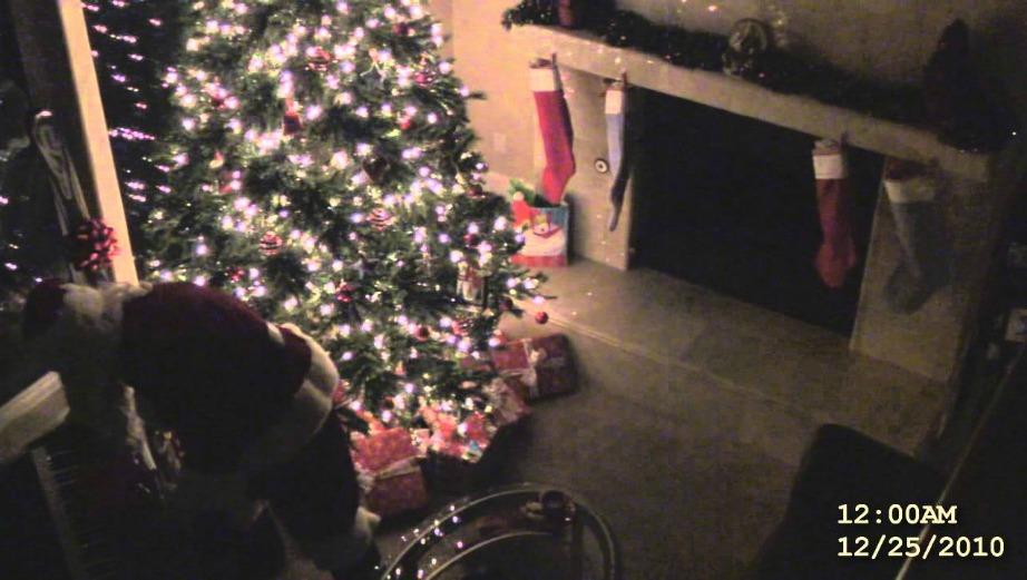 Τοποθετείστε κρυφή κάμερα στο σπίτι σας μαζί με το παιδί σας με σκοπό να πιάσετε τον Άγιο Βασίλη στα πράσα.