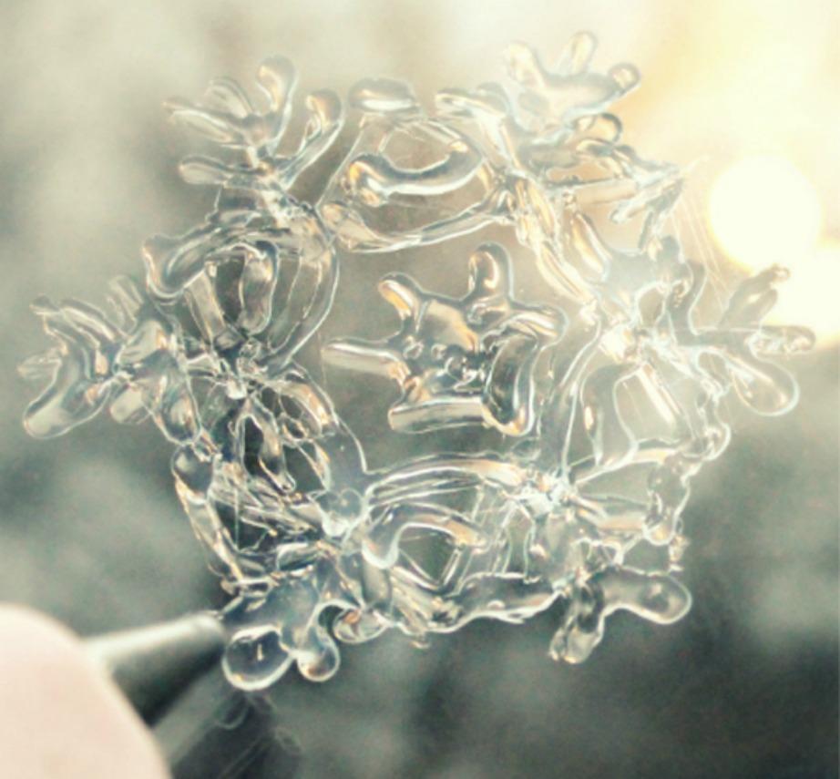 Με τις διάφανες νιφάδες χιονιού μπορείτε να στολίσετε πολλά σημεία μέσα στο σπίτι.