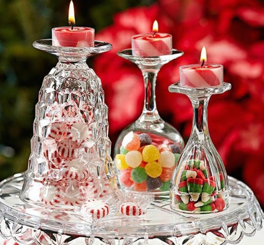 Βάλτε ζαχαρωτά μέσα σε ποτήρια κρασιού και γυρίστε τα ανάποδα. Δημιουργήστε τις τέλειες βάσεις για κεριά.