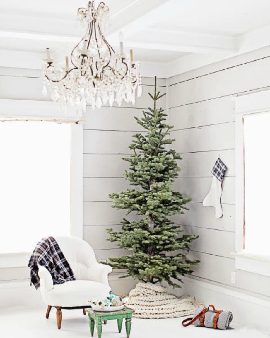 Ο πολυέλαιος στο ταβάνι δίνει ακόμα περισσότερη πολυτέλεια στο όλο χριστουγεννιάτικο σκηνικό!