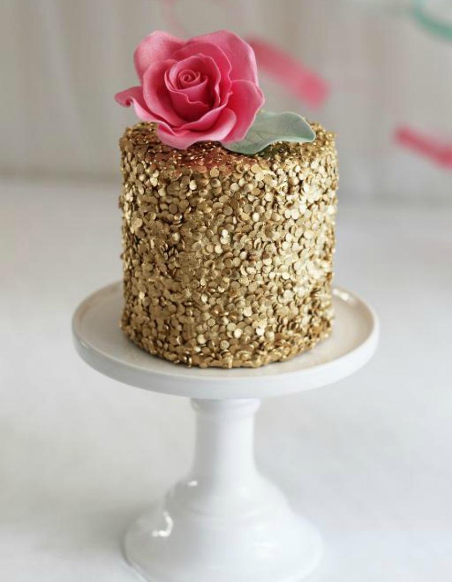Αυτή είναι η πιο εύκολη και ταυτόχρονα εντυπωσιακή βασιλόπιτα για την Πρωτοχρονιά. Το μόνο που έχετε να κάνετε είναι να την ντύσετε με χρυσά τρουφάκια.