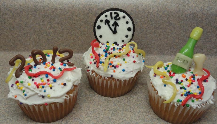 Δε θέλετε να φτιάξετε ολόκληρη βασιλόπιτα; Φτιάξτε μικρά cupcakes και στολίστε τα ανάλογα.