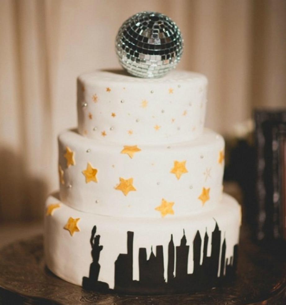 Δεν είναι απαραίτητη να γίνει τριώροφη η βασιλόπιτά σας. Φτιάξτε έναν όροφο, βάλτε ένα στρογγυλό κέικ στη μέση το οποίο θα έχετε ντύσει με ασημί τρουφάκια.