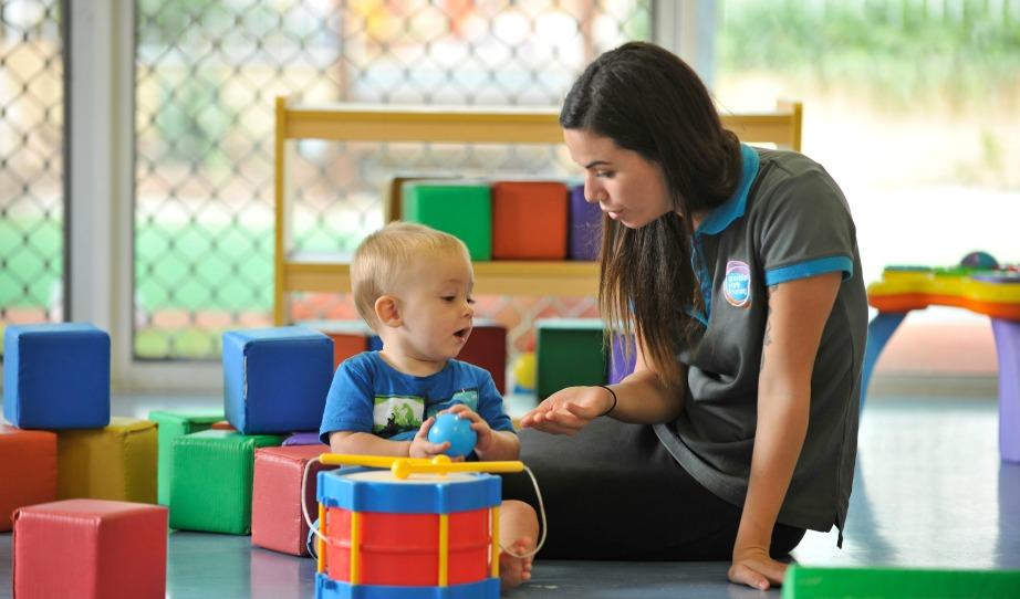 Δύσκολα ένας άνδρας θα καταφέρει να ξεπεράσει μια γυναίκα σε αυτό το επάγγελμα καθώς οι γυναίκες γεννιούνται με έμφυτη την ικανότητα να φροντίζουν μικρά παιδιά.