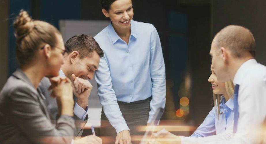 Οι γυναίκες γίνονται καλύτερες διευθύντριες επειδή ασχολούνται περισσότερο με την ψυχολογία των εργαζομένων.