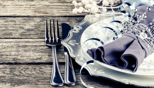 Δείτε πώς θα Στρώσετε το Τέλειο Εορταστικό Τραπέζι σε 6 Βήματα!