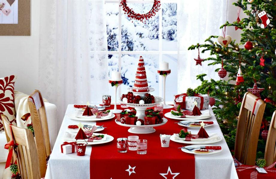 Το κόκκινο τραπεζομάντηλο είναι γιορτινό, παιχνιδιάρικο και εντυπωσιακό.