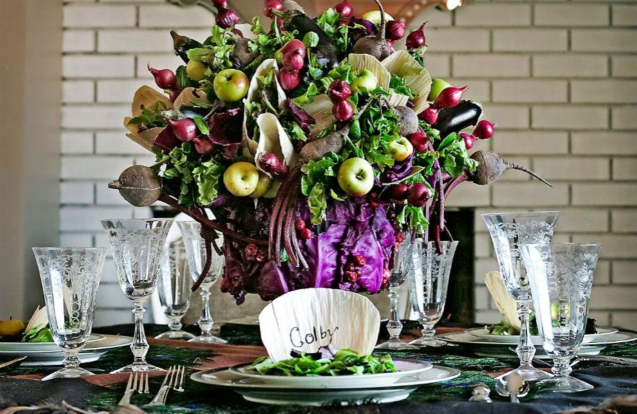 Αν μπορείτε κάπου να υπερβάλλετε φέτος τις γιορτές είναι στα λουλούδια και τις συνθέσεις σας!